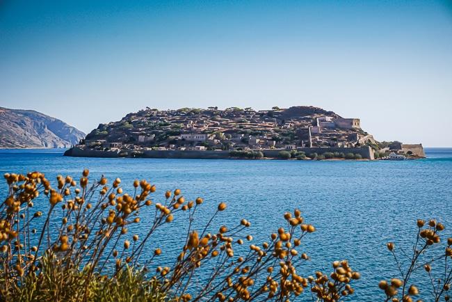 Photographie de Spinalonga vue depuis le port de Plaka