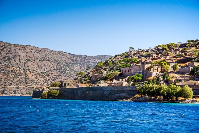 Photographie de Spinalonga vue depuis l'arrivée en bateau sur l'île