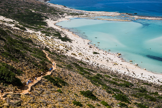 Photo de visiteurs se rendant à Balos Beach par le sentier