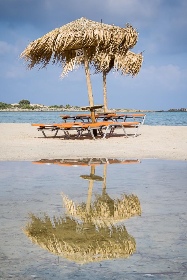 Photographie de transats et parasols sur la plage d'Elafonisi