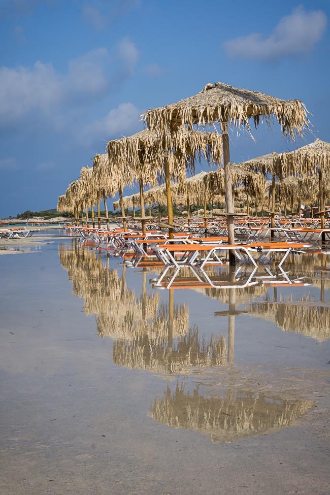 Photographie des reflets sur les parasols de la plage d'Elafonisi