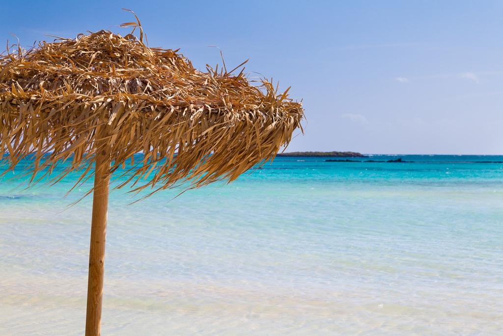 Photo d'un parasol sur la plage d'elafonisi en crète