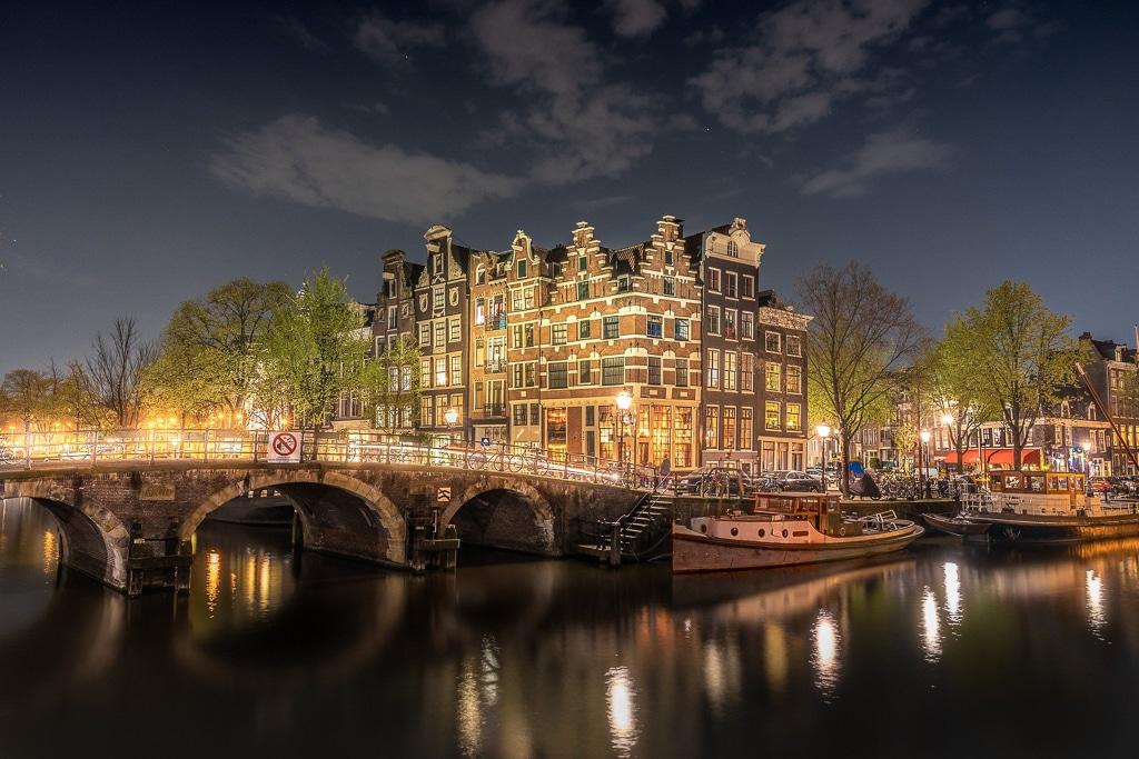 Photo d'un pont au dessus d'un canal d'Amsterdam