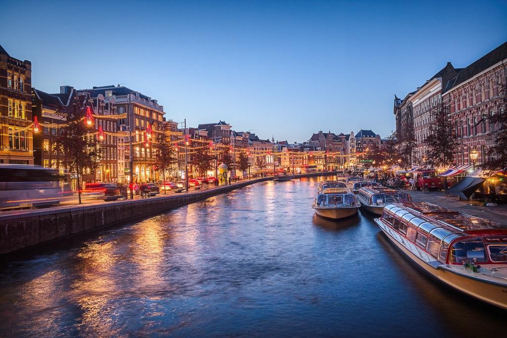 Photographie d'un canal d'Amsterdam à la tombée de la nuit