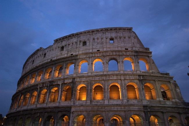 Photographie du Colisée de Rome de nuit