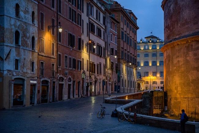 Photographie des rues de Rome la nuit
