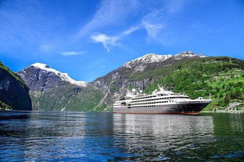 Photographie d'un bateau sur un fjord Norvégien