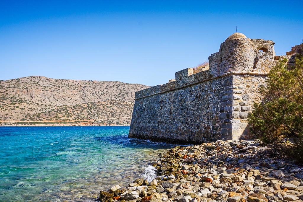 Photographie des remparts depuis la plage de Spinalonga