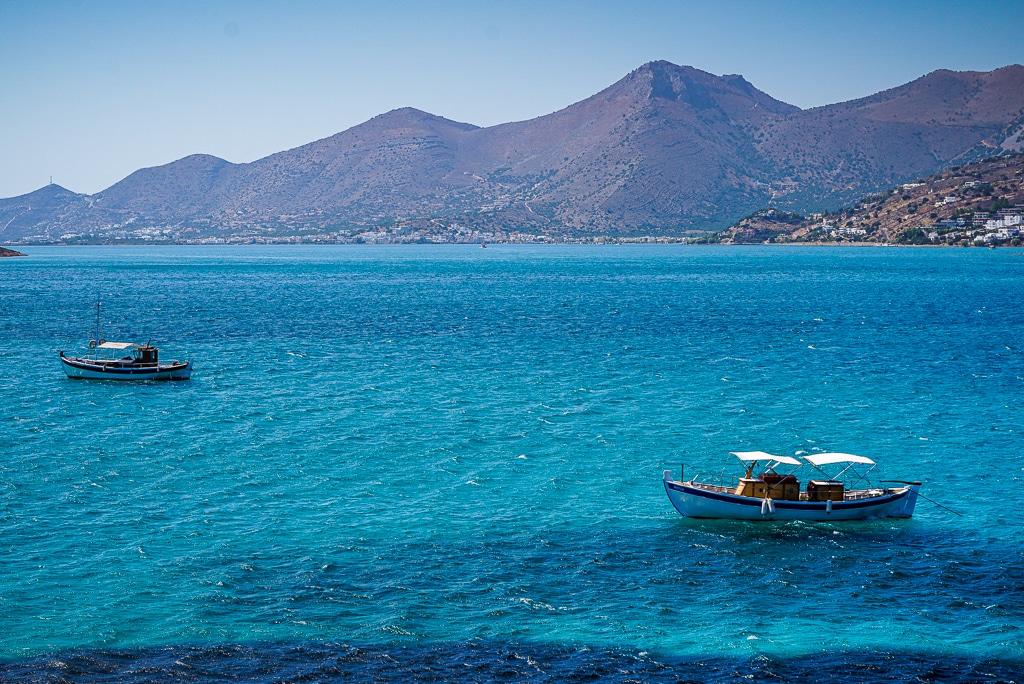 Photographie des bateaux amarés face à l'île de Spinalonga en Crète
