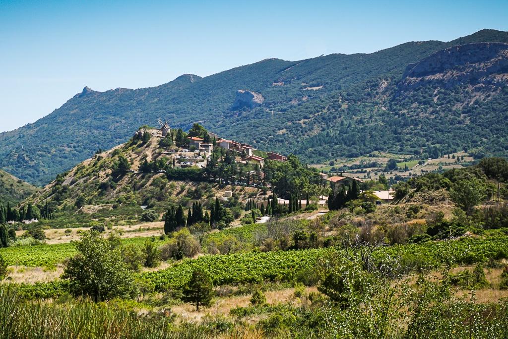Photographie du village de Cucugnan et de son moulin