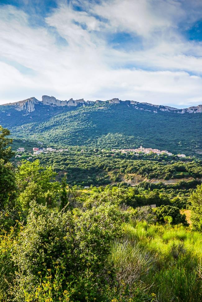 Photographie du village de Duilhac et du château de Peyrepertuse depuis la vallée