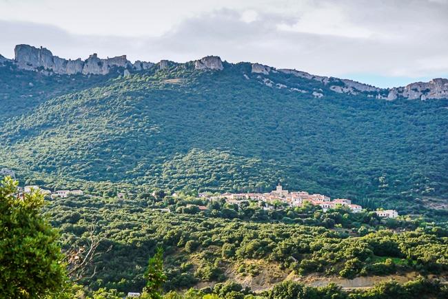 Photographie prise depuis la vallée de Peyrepertuse du château et du village
