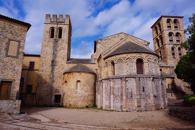 Photographie de l'abbaye de Caunes Minervois a l'entree de la montagne noire