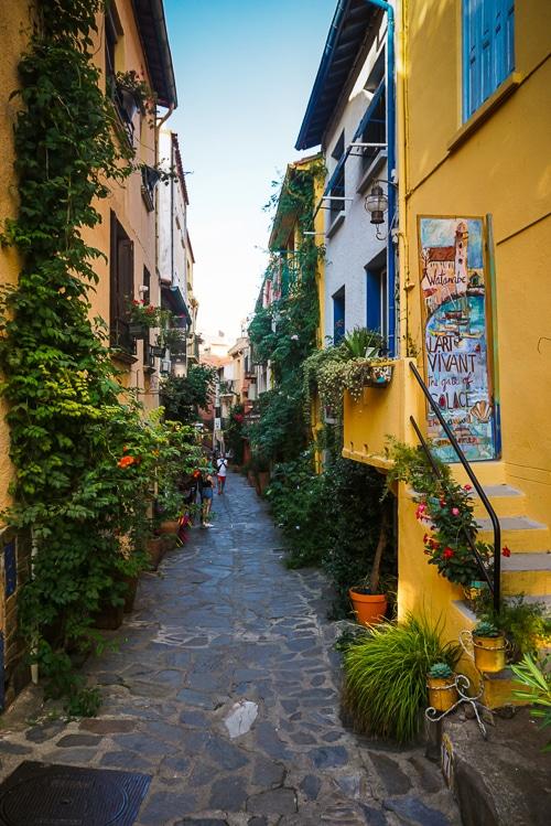 Photographie d'une ruelles colorees de Colioure