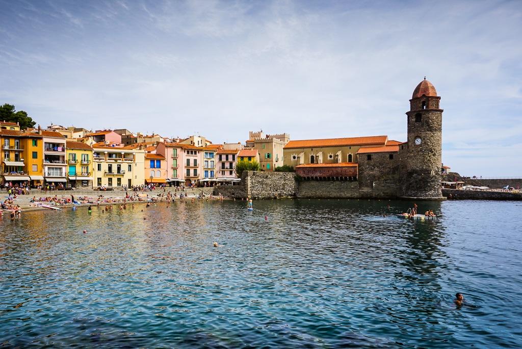 Photographie de l'eglise de collioure vue depuis le port de la ville