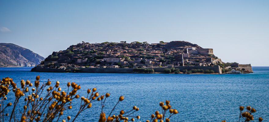Photographie de l'île de Spinalonga prise depuis Plaka
